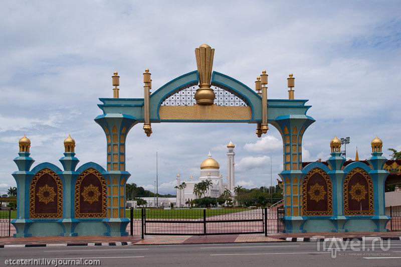 Церемониальные ворота в Бандар-Сери-Бегаване, Бруней / Фото из Брунея