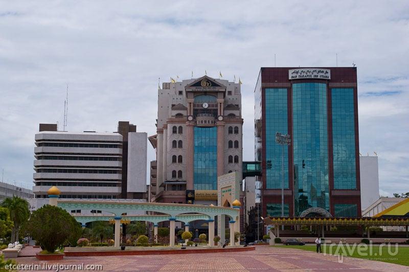 Здания банков в Бандар-Сери-Бегаване, Бруней / Фото из Брунея