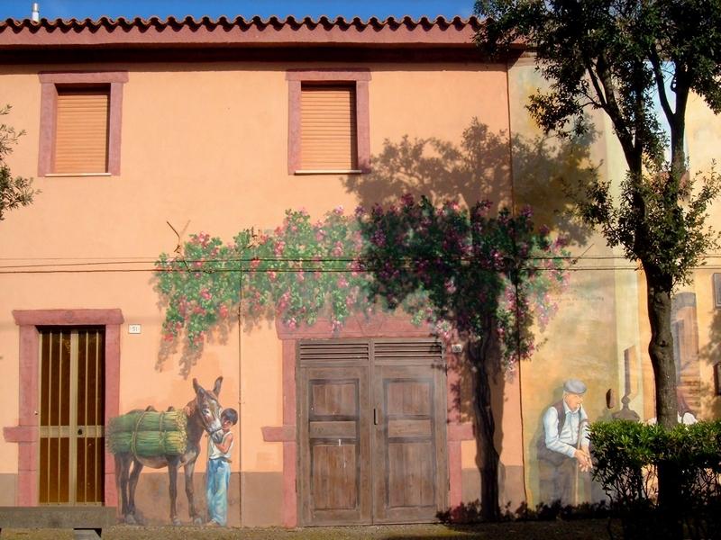 Картины провинциальной жизни на домах в Тиннуре / Италия