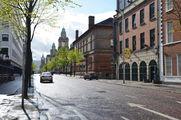 Мэй-стрит, на заднем плане - башни здания муниципалитета и еще дальше - шпиль старой церкви, ныне переделанной в торговый центр / Великобритания