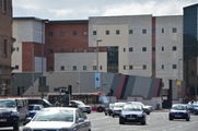 Полицейский участок, окруженный высокой стеной / Великобритания