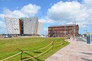 """Музей """"Титаника"""" и старое здание правления и конструкторского бюро фирмы """"Harland & Wolff"""" / Великобритания"""