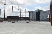 """Площадка на месте доков, где строились """"Титаник"""" и """"Олимпик""""; видны выложенные плиткой контуры судна / Великобритания"""