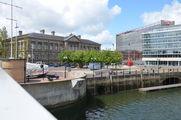 """Современные """"стекляшки"""" соседствуют со старым зданием таможни; на переднем плане - """"Большая рыба"""" / Великобритания"""