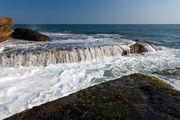 Потоки стекают в океан / Индонезия