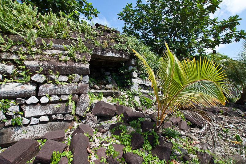 Вход для бедных людей в каменный город, Микронезия / Фото из Микронезии
