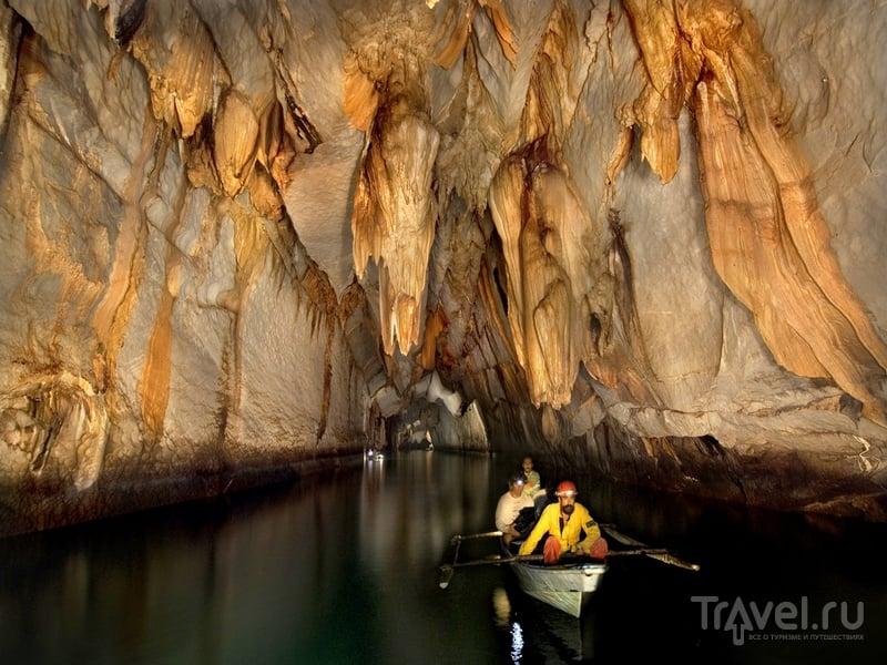 Свисающие над рекой Пуэрто-Принцеса сталактиты  / Филиппины