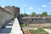 Полуразрушенные стены / Молдавия