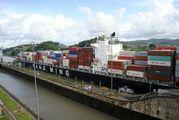 Проход контейнеровоза через канал / Панама