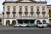 Парковка перед кинотеатром / Куба