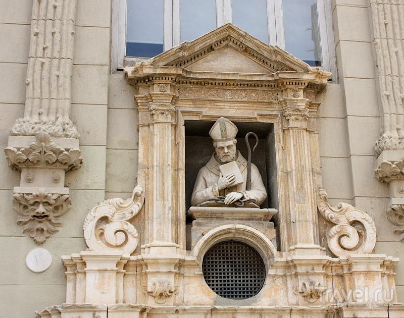 Скульптура на стене дома в Валенсии, Испания / Фото из Испании