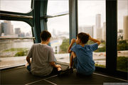 Обсуждают фотоаппарат / Сингапур