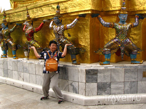 Туристка в храмовом комплексе у королевского дворца в Бангкоке, Таиланд / Фото из Таиланда