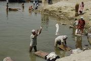 Люди занимаются стиркой / Индия