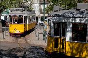 На узких улочках Альфамы / Португалия