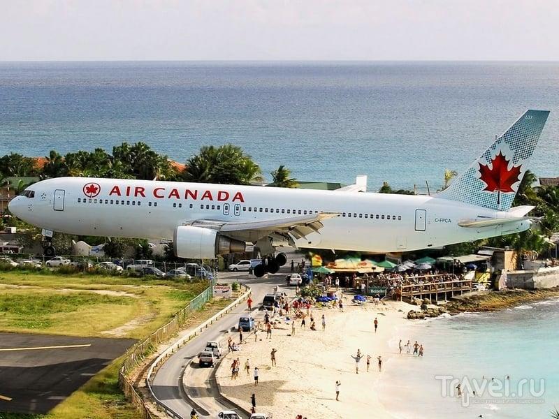 Самолет, пролетающий прямо над пляжем Махо / Синт-Мартен