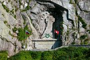 Монумент и российский флаг / Швейцария