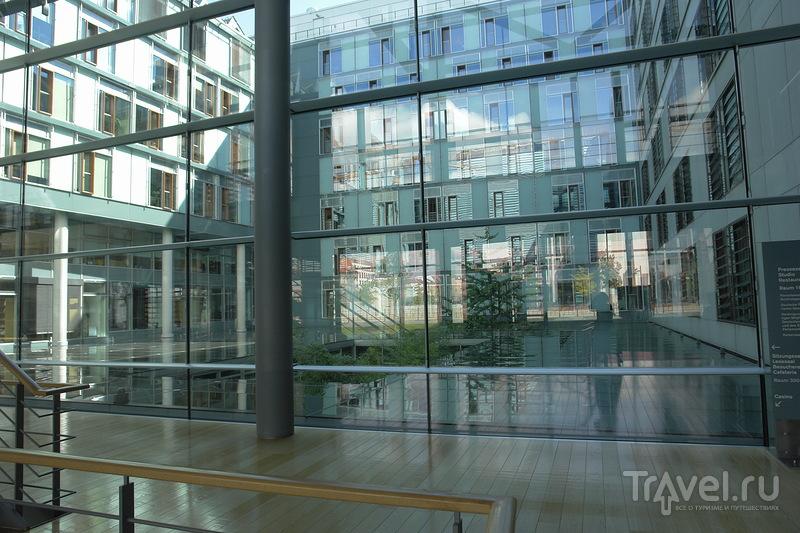 Стеклянная стена. Вид на офисы / Германия