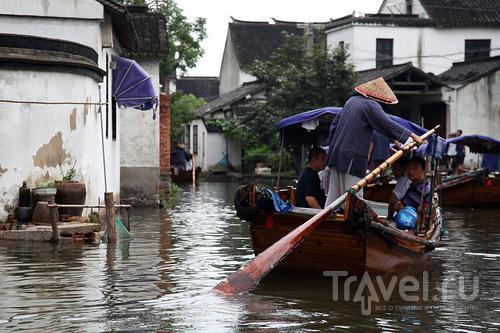 Туристы в лодке / Китай