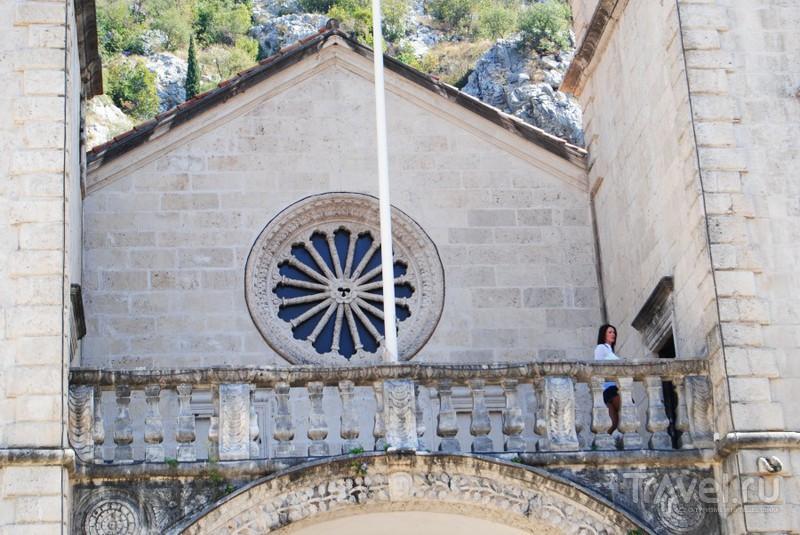 На балконе церкви / Черногория