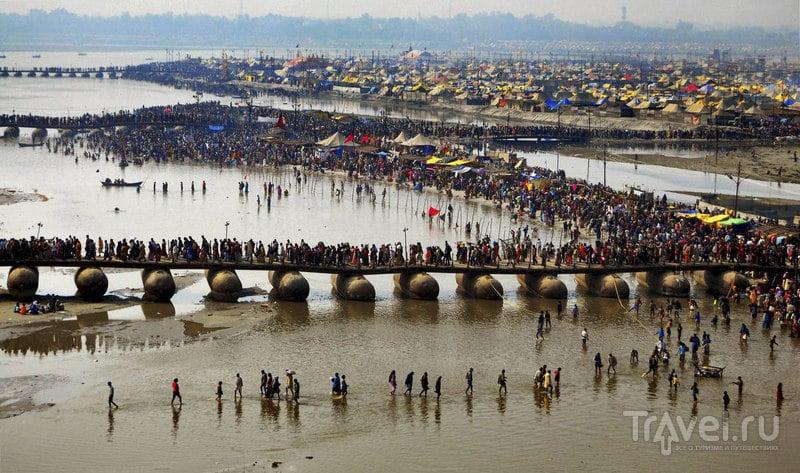 Индусы-паломники приходят к Сангам / Индия