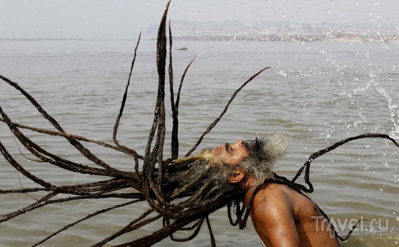 Садху омывается в Сангам / Индия