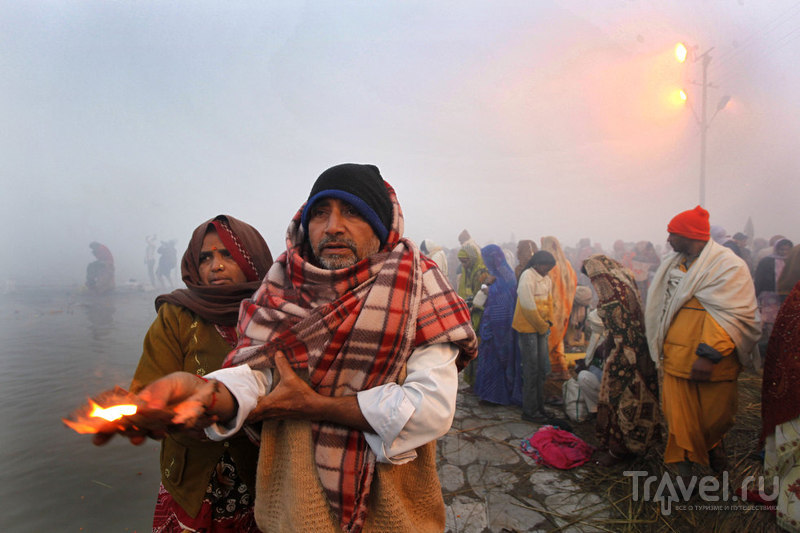 Пара индуистов возносит молитвы / Индия