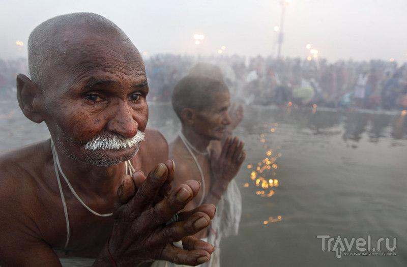 Индуистские паломники молятся / Индия