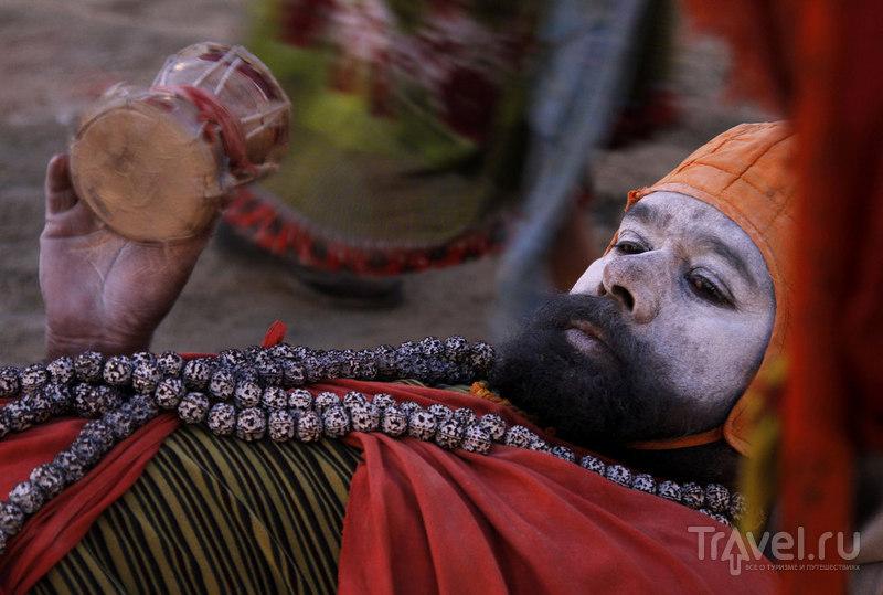Индуистский святой ждет милостыни / Индия