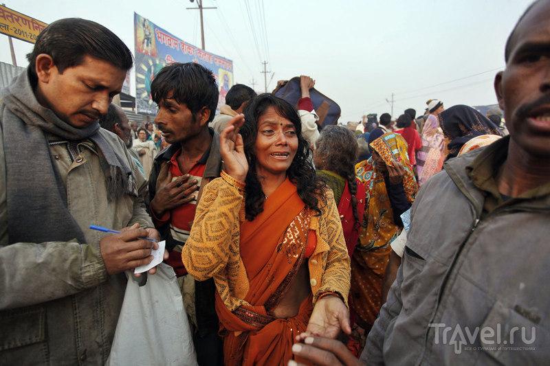 Ищет своего сына, потерявшегося в толпе / Индия