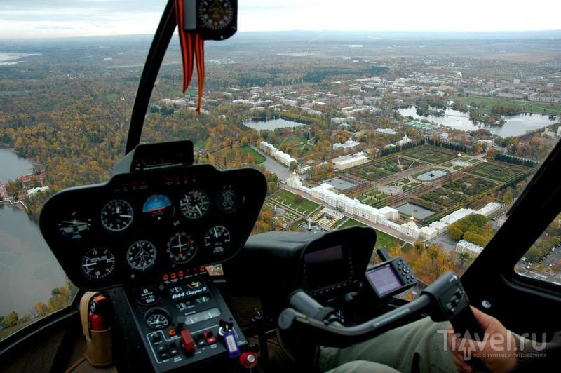 В кабине вертолета Robinson R44 / Россия