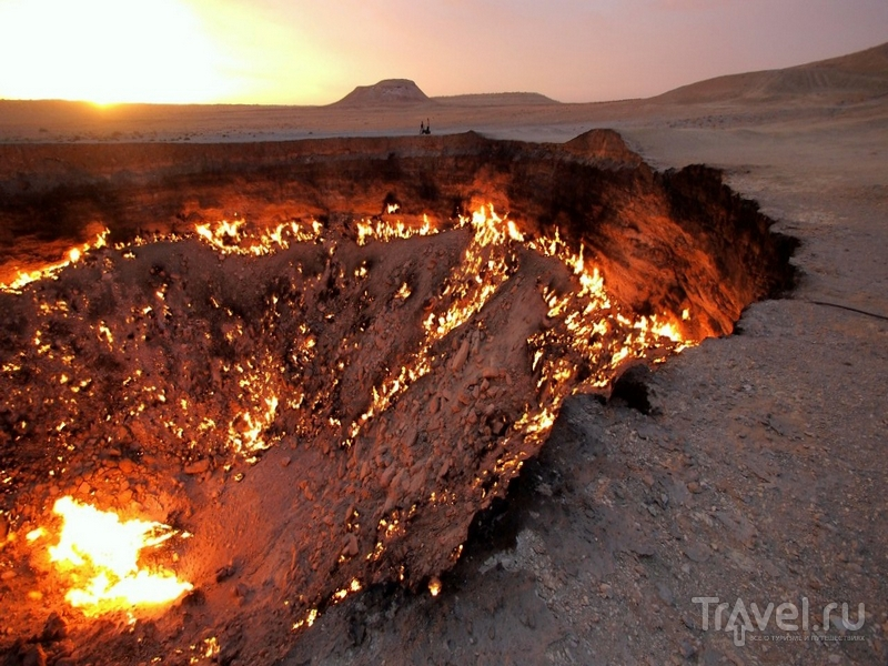 Похожий на ворота в преисподнюю кратер Дарваза в Туркменистане / Туркменистан