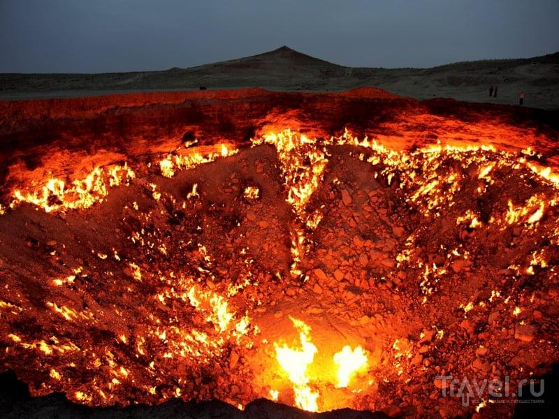 Кратер, внутри которого пылает природный газ, Туркменистан / Туркменистан