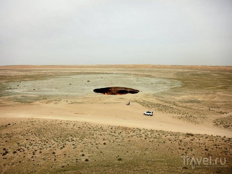 Огненная яма в пустыне Куракумы в Туркменистане / Туркменистан