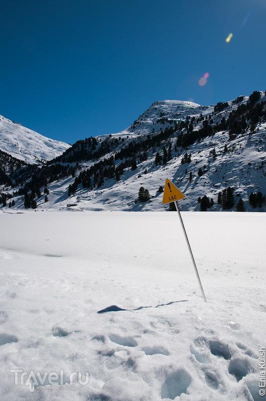Озеро покрыто льдом и снегом / Франция