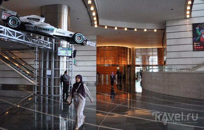 В холле Petronas Tower, Куала-Лумпур / Фото из Малайзии
