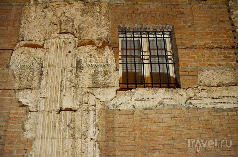 Древняя кладка у относительно современного здания / Фото из Италии