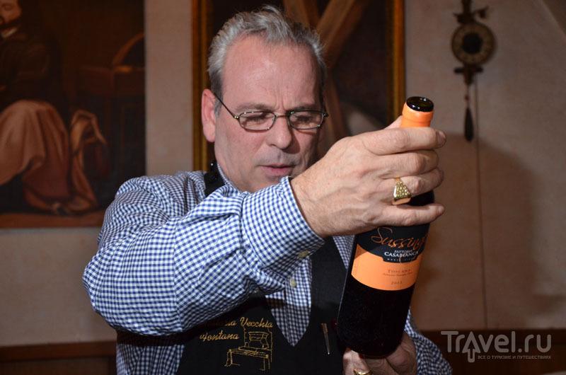 Хозяин выбирает для нас вино / Фото из Италии