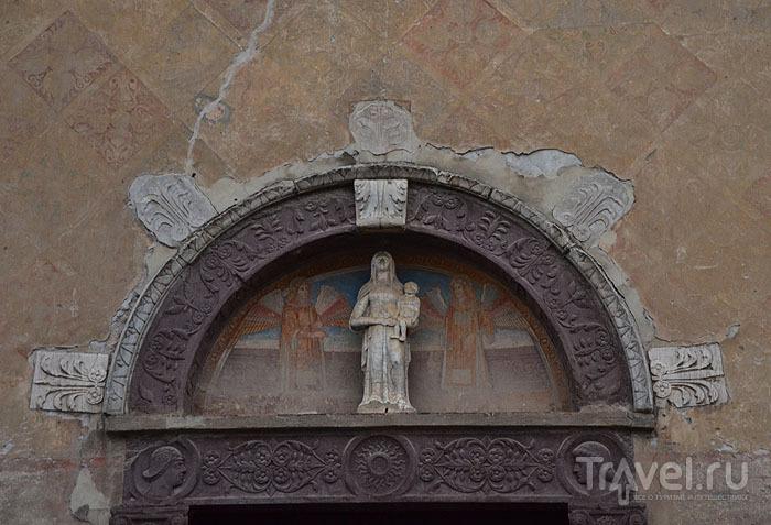 Над входом в церковь / Фото из Италии