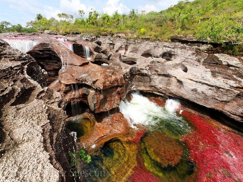 Купание в колодцах естественного происхождения - туристический аттракцион на реке Каньо-Кристалес, Колумбия / Колумбия