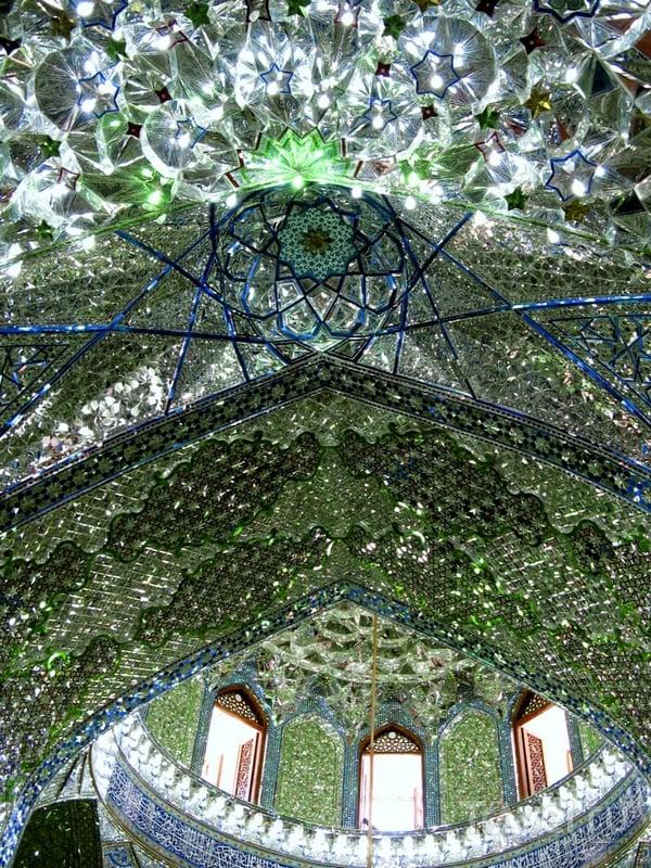 Мозаика во внутренних помещениях святыни создает диковинные световые сочетания, Иран / Иран