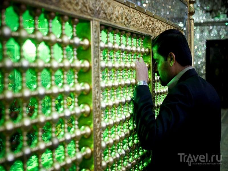 Арки, стены и купола мечети сверкают многоцветными переливами, Иран / Иран