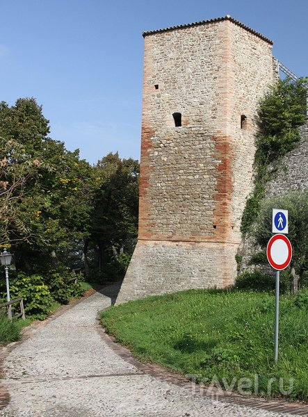 Montefiore Conca - замок простой формы / Италия