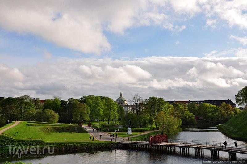 Парк Кастеллет. Из-за деревьев выглядывает купол Мраморной церкви / Фото из Дании