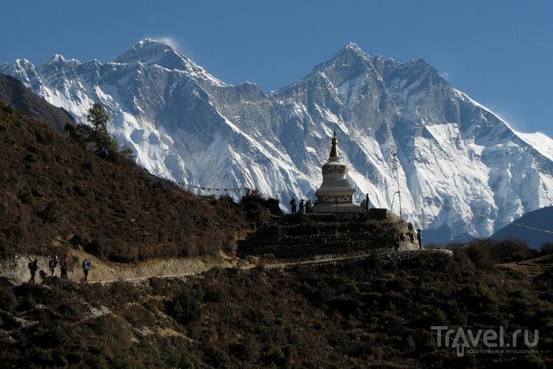 Эверест выглядывает из-за стены Лхоцзе-Нупцзе / Фото из Непала