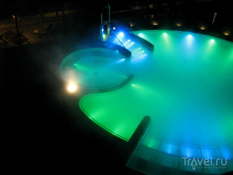 Бассейн Grand Hotel Terme вечером, Сирмиона / Фото из Италии