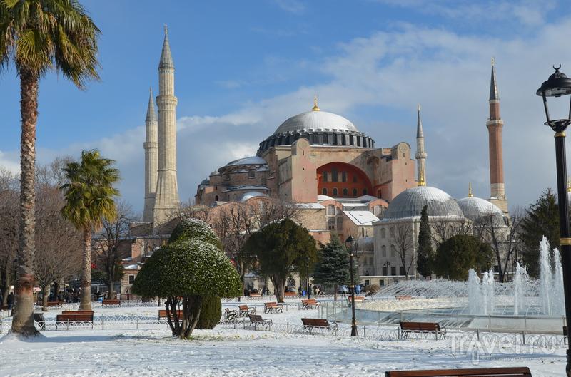 Стамбул в январе под снегом с ребенком / Турция
