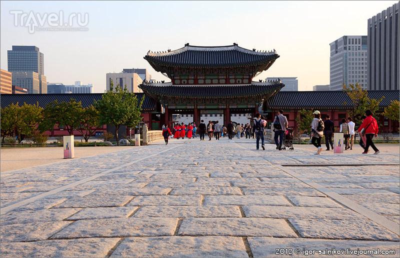 Мостик Yeongjegyo и ворота Heungnyemun в Императорском дворце Кёнбоккун в Сеуле, Южная Корея / Фото из Южной Кореи