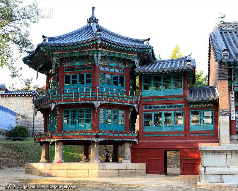 Павильон Parujeong в Императорском дворце Кёнбоккун в Сеуле, Южная Корея / Фото из Южной Кореи
