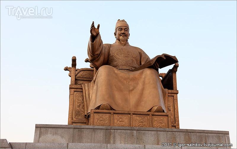 Памятник королю Сечжону Великому в Сеуле, Южная Корея / Фото из Южной Кореи